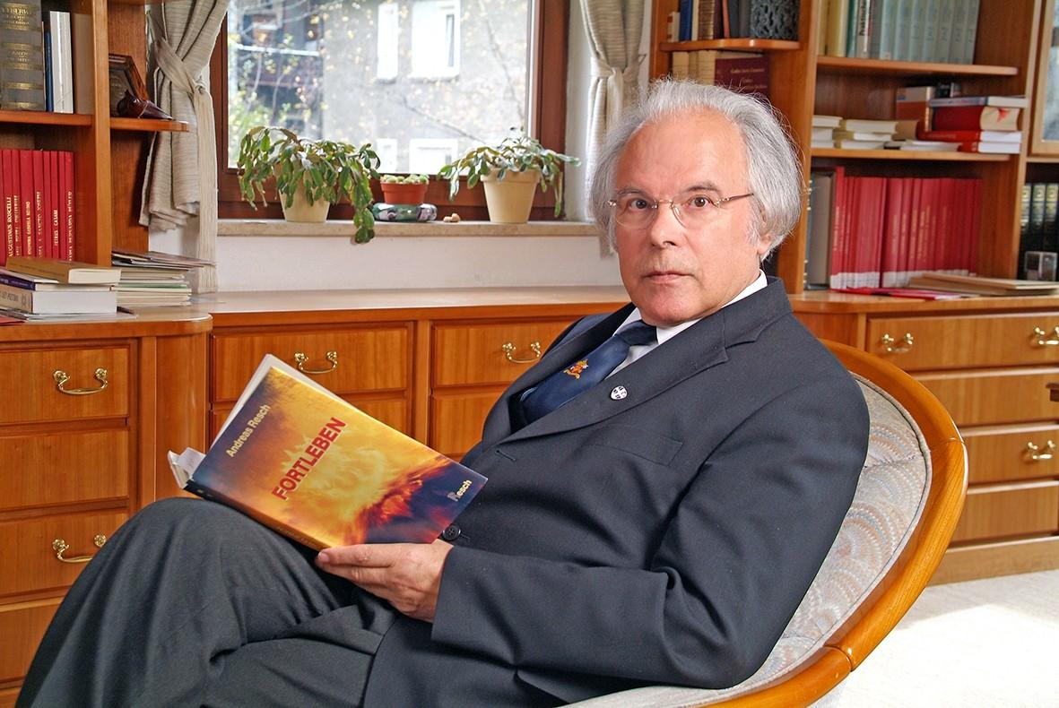 P. Andreas Resch in seinem Büro
