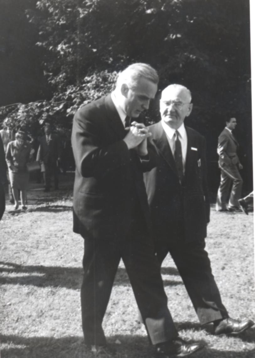 III. Internat. Imago Mundi-Kongress 1970, Puchberg, OÖ, Prof. Josef Kolb im Gespräch mit Kalitta