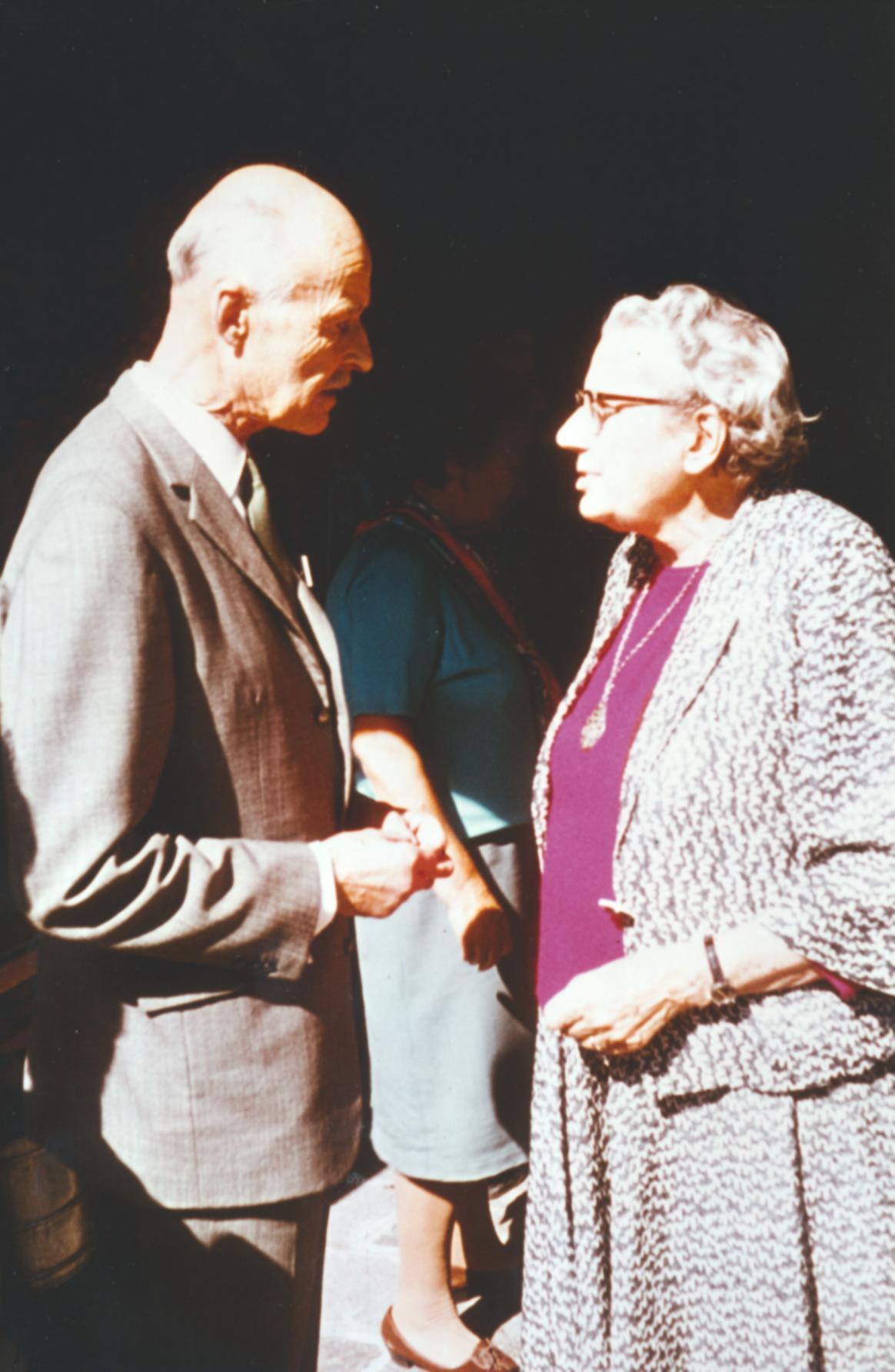 V. Internat. Imago Mundi-Kongress 1974, Cusanus Akademie, Brixen, Dr. Gerda Walther im Gespräch mit dem Verleger Guilleaume