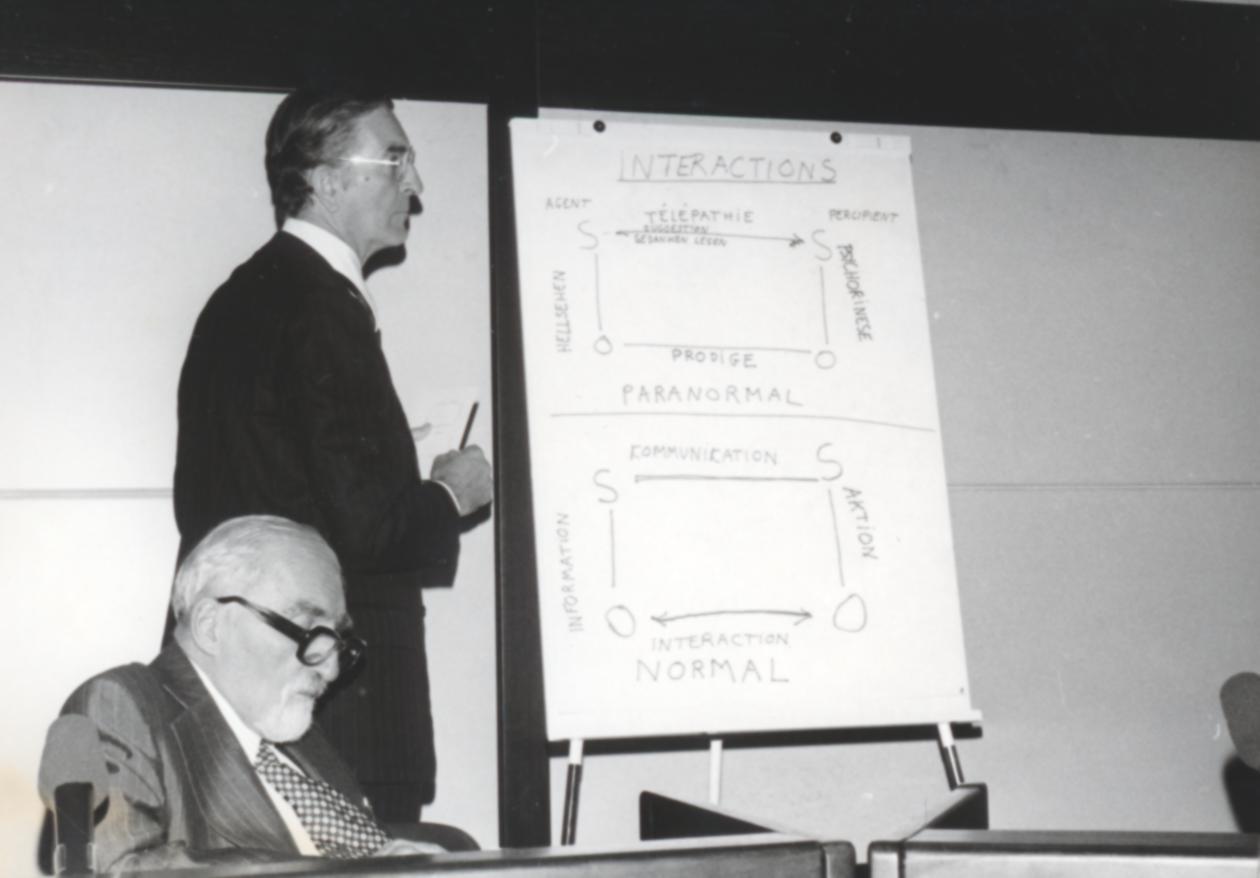 VI. Imago Mundi Kongress 1976, Haus St. Ulrich, Augsburg, sitzend Prof. Dr. W.H.C. Tenhaeff, stehend Dr. Hubert Larcher